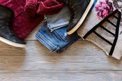 L'abbigliamento delle donne e scarpe da tennis superiori di cuoio reali del nero di scarpe alte, Immagine Stock Libera da Diritti