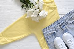 L'abbigliamento delle donne e scarpe da tennis superiori di cuoio reali del nero di scarpe alte, Fotografie Stock