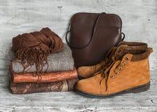 L'abbigliamento delle donne ed accessori - gonna, collo alto, sciarpa, scarpe, borsa Fotografie Stock