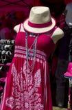 L'abbigliamento variopinto delle donne al boutique di modo Fotografia Stock Libera da Diritti
