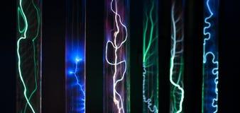 L'abbondanza delle boccette di vetro del plasma dei cilindri ha riempito di gas intercotidali, con una fonte ad alta tensione Immagine Stock Libera da Diritti