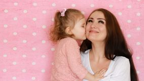 L'abbraccio della figlia e della madre, sorrisi, si diverte, ride e baciato Giovane donna del ritratto del primo piano ed il suo  video d archivio