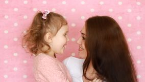 L'abbraccio della figlia e della madre, sorrisi, si diverte, ride e baciato Giovane donna del ritratto del primo piano ed il suo  stock footage