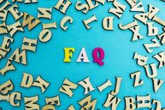 """L'abbreviazione """"FAQ """"è presentata dalle lettere multicolori su un fondo blu fotografie stock libere da diritti"""