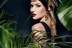 L'abbronzatura sexy della palma della giungla di trucco della donna di bellezza ombreggia la spiaggia Fotografie Stock