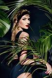 L'abbronzatura sexy della palma della giungla di trucco della donna di bellezza ombreggia la spiaggia Immagine Stock Libera da Diritti