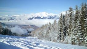 L'abetaia sullo sci pende nella località di soggiorno di corsa con gli sci francese delle alpi Fotografie Stock