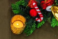 L'abete del candeliere c di Natale dell'oro si ramifica e decorazioni fotografia stock