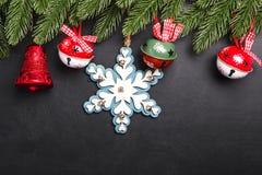 L'abete di Natale si ramifica con le decorazioni su un fondo nero immagini stock