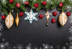L'abete di Natale si ramifica con le decorazioni su un fondo nero fotografia stock libera da diritti