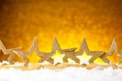 L'abete dorato di natale stars la decorazione con oro e gli ornamenti rossi Immagini Stock