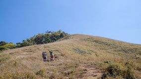 L'abitante degli altipiani scozzesi porta il trekking della borsa alla montagna immagini stock libere da diritti