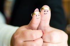 L'abrégé sur mariage avec des mains de nouveaux mariés sourit et sonne images stock
