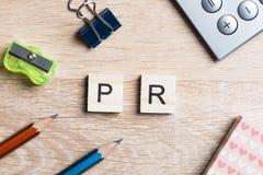 L'abréviation de RP sur la table a orthographié avec des éléments de jeu d'éducation Image libre de droits