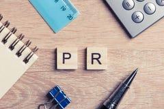 L'abréviation de RP sur la table a orthographié avec des éléments de jeu d'éducation Photos stock