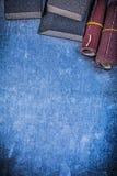 L'abrasivo pulisce la carta vetrata con una spugna sul contro metallico graffiato del fondo Fotografia Stock