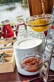 L'abricot et la prune bloquent sur une table de buffet images libres de droits