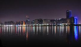 L'Abu Dhabi alla notte Immagine Stock