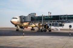 l'Abu Dhabi En novembre 2012 L'avion est sur la plate-forme au gl Image libre de droits