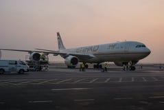 l'Abu Dhabi En novembre 2012 Début de la matinée Un avion a juste l'arriv Photographie stock libre de droits