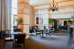 L'Abu Dhabi Estate 2016 St interna luminosa e moderna Regis Saadiyat Island Resort dell'albergo di lusso Immagini Stock