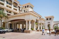 L'Abu Dhabi Estate 2016 St interna luminosa e moderna Regis Saadiyat Island Resort dell'albergo di lusso Immagine Stock