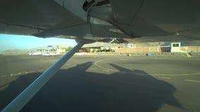 L'accélération plate sur la piste à décoller pour voler au-dessus de Nazca raye, le Pérou banque de vidéos