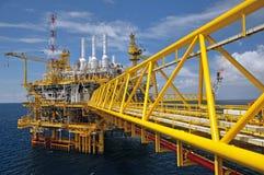 L'accensione di gas è sulla piattaforma dell'impianto offshore fotografia stock libera da diritti