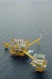 L'accensione di gas è sulla piattaforma dell'impianto offshore Immagine Stock Libera da Diritti