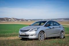 L'accent de Hyundai Solaris de voiture est garé en nature Images stock