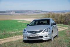 L'accent de Hyundai Solaris de voiture est garé en nature Photo stock