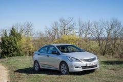 L'accent de Hyundai Solaris de voiture est garé en nature Photos stock
