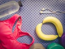 L'accessoire de séance d'entraînement de gymnase des vêtements de sport roses et régénèrent l'énergie par Photographie stock