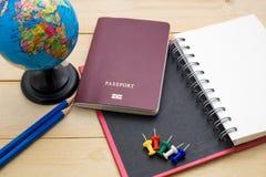 L'accessoire de voyage de vue supérieure se préparent aux vacances de planification sur en bois Photographie stock libre de droits