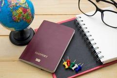 L'accessoire de voyage de vue supérieure se préparent aux vacances de planification sur en bois Image stock