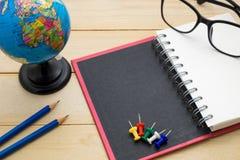 L'accessoire de voyage de vue supérieure se préparent aux vacances de planification sur en bois Photo libre de droits
