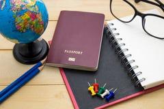 L'accessoire de voyage de vue supérieure se préparent aux vacances de planification sur en bois Photo stock