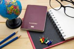 L'accessoire de voyage de vue supérieure se préparent aux vacances de planification sur en bois Images stock