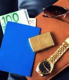 L'accessorio del viaggiatore, passaporto, soldi, dorati Immagini Stock Libere da Diritti