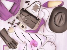 L'accessorio e l'abbigliamento di modo del ` s delle donne è situato sull'sedere di legno Fotografia Stock