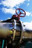 L'acciaio industriale canalizza il cielo blu delle valvole Immagini Stock Libere da Diritti