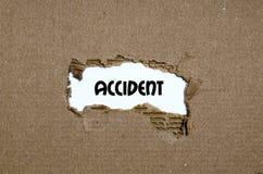 L'accident de mot apparaissant derrière le papier déchiré Photo libre de droits