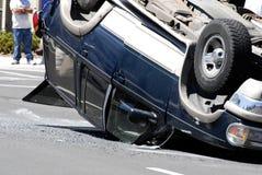 L'accident de voiture a heurté le véhicule avec des dommages renversé plus de photo stock