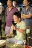 L'accompagnement masculin de tambour de battement de musicien Photos stock