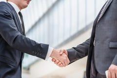 L'accord a été signé ! Homme d'affaires de deux jeunes se tenant vis-à-vis de Image stock