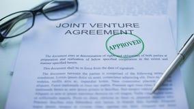 L'accord en participation a approuvé, main emboutissant le joint sur le document d'entreprise banque de vidéos