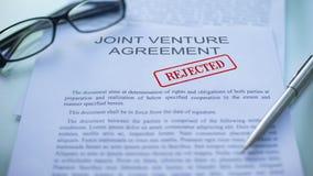 L'accord en participation a rejeté, main emboutissant le joint sur le document d'entreprise clips vidéos