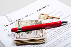 L'accordo del contattore con la chiave e le note del dollaro Fotografia Stock