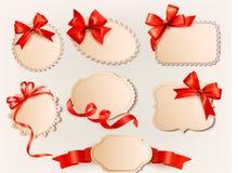 L'accumulazione dei contrassegni dell'annata con un regalo rosso si piega Fotografia Stock Libera da Diritti