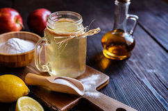 L'aceto di sidro di Apple, il limone ed il bicarbonato di sodio bevono Immagini Stock